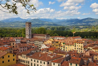 Itinerary to discover Lucca by Vespa, bike or scooter